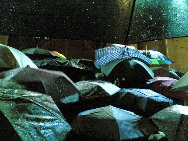 50 esempi di fotografie sotto la pioggia per ispirarti for Sotto la pioggia ombrelli
